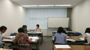 「筆筆ペンで楽しむ文字アート」リビング梅田教室の様子