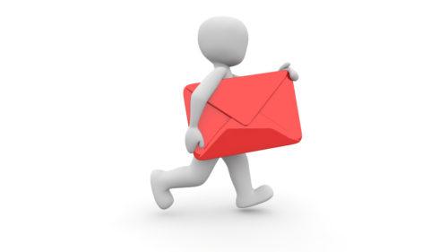 赤い封筒を抱えるキャラクター